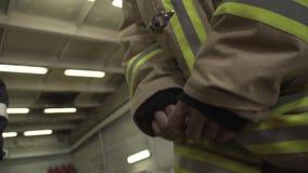 Primo piano uniforme del pompiere archivi video