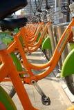 primo piano urbano arancio della bicicletta di trasporto pubblico Fotografia Stock Libera da Diritti
