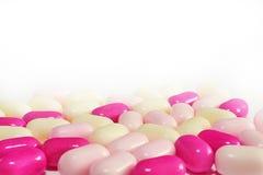 Primo piano variopinto dei confetti isolato su fondo bianco Fotografia Stock