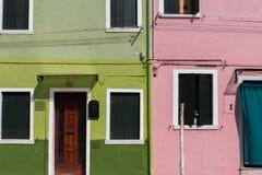 Primo piano variopinto delle case in Burano, Venezia, Italia fotografia stock libera da diritti