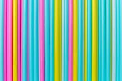 Primo piano variopinto di bugia dei tubi del cocktail Immagine di vista superiore Immagine Stock