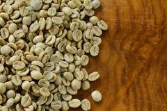 Primo piano verde dei chicchi di caffè Immagine Stock