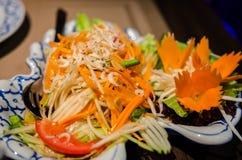 Primo piano verde dell'insalata della papaia Immagini Stock