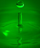 Primo piano verde di rimbalzo della gocciolina di acqua Fotografia Stock Libera da Diritti