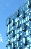 Primo piano verticale moderno di vista della parete di vetro dell'edificio per uffici Fotografia Stock