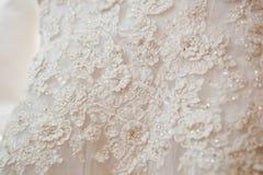 Primo piano: Vestito da sposa da bianco del pizzo Immagine Stock