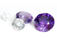 Primo piano viola ed incolore delle pietre preziose Immagine Stock