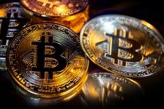 Primo piano virtuale dorato dei fondi Bitcoins della foto nuovo su un fondo nero Fotografia Stock Libera da Diritti