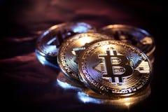 Primo piano virtuale dorato dei fondi Bitcoins della foto nuovo su un fondo nero Fotografia Stock