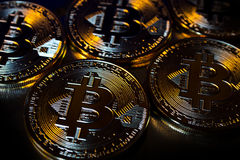 Primo piano virtuale dorato dei fondi Bitcoins della foto nuovo su un fondo nero Fotografie Stock