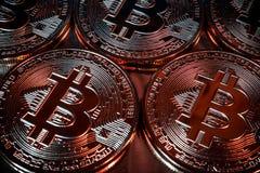Primo piano virtuale dorato dei fondi Bitcoins della foto nuovo su un fondo nero Immagine Stock Libera da Diritti
