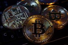 Primo piano virtuale dorato dei fondi Bitcoins della foto nuovo su un keybord Fotografia Stock
