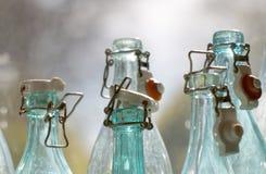 Primo piano vuoto antiquato delle bottiglie di vetro Immagine Stock Libera da Diritti
