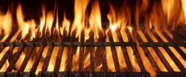 Primo piano vuoto della griglia del barbecue con le fiamme luminose Fotografia Stock
