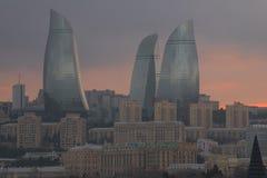 Primo piano zoppo delle torri, penombra nebbiosa di gennaio Bacu, Azerbaigian fotografia stock