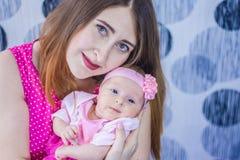 primogénito recién nacido en el mother& x27; brazos de s foto de archivo