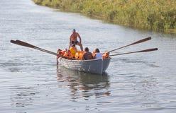 PRIMORSKO - AHTARSK, RUSSLAND - SEPTEMBER 15,2017: Schulkindrudersport mit Rudern in einem hölzernen Boot auf dem Fluss im Sommer stockfotografie
