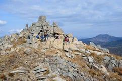 Primorsky krai, Ryssland, Oktober, 05, 2015 Turister på överkanten av berget Pedan Royaltyfri Fotografi