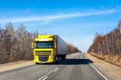 PRIMORYE, RUSLAND - APRIL 7, 2017: Vrachtwagen op een weg in vroege sprin Stock Foto's
