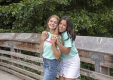 Primos adolescentes que presentan en un puente de madera el vacaciones de familia en Washington Park Arboretum, Seattle, Washingt imagen de archivo libre de regalías