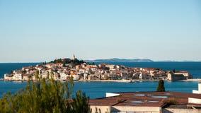 Primosten市的历史的中心在亚得里亚海附近的 库存照片