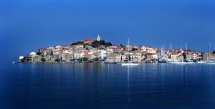 Primosten KroatienAdriatiskt hav Arkivbild