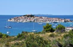 Primosten Pequeña ciudad en la isla Croacia Fotos de archivo libres de regalías