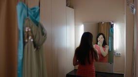 Primp молодой женщины в уборной видеоматериал