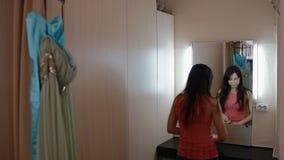 Primp молодой женщины в уборной акции видеоматериалы