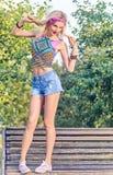 primping在公园,生活方式,人们的秀丽妇女 免版税库存图片