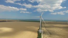 Primposad, Ucraina - July2017: Lavoro dei generatori eolici alternativi alla spiaggia Rilevamento aereo archivi video