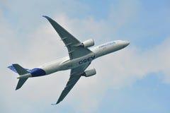 Princípio de Airbus A350-900 em Singapura Airshow Fotografia de Stock Royalty Free