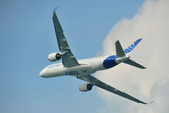Princípio de Airbus A350-900 em Singapura Airshow Foto de Stock