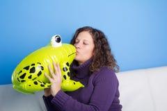 Prince de grenouille étant embrassé Photographie stock