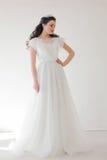 Princesa com uma coroa no vestido branco a noiva foto de stock