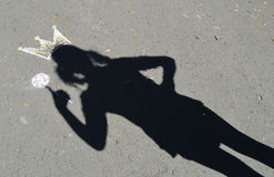 Princesa da sombra no asfalto. Fotografia de Stock
