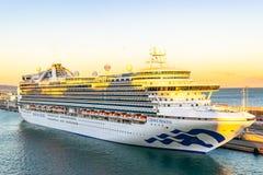 Princesa de coroa Cruise Ship entrada no terminal do porto do cruzeiro de Barcelona no por do sol fotos de stock