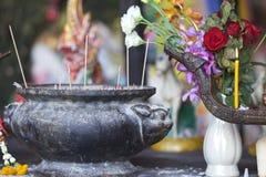 Princesa de madeira Phra Nang Cave das ofertas dos lingams, península de Railay, Tailândia fotos de stock royalty free