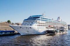 Princesa do oceano do forro do cruzeiro e a embarcação Gazpromneft noroeste, St Petersburg do tanque Imagens de Stock
