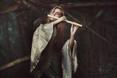 Princesa dos duendes que jogam a flauta imagem de stock royalty free