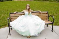 Princesa en banco con la rana fotos de archivo
