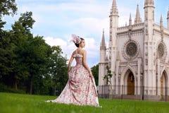 Princesa en una alineada de la vendimia antes del castillo Foto de archivo