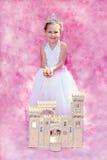Princesa feliz del niño con sus temas y castillo reales Foto de archivo libre de regalías