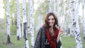 Princesa hermosa Bride Walking Through Forest Path almacen de video