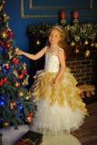 Princesa hermosa joven en vestido elegante del oro blanco Imágenes de archivo libres de regalías