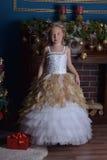 Princesa hermosa joven en vestido elegante del oro blanco Imagen de archivo