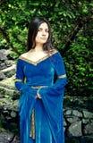 Princesa hermosa que coloca árboles cercanos Foto de archivo libre de regalías