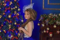 Princesa joven en un vestido de noche azul Foto de archivo libre de regalías
