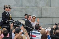 A princesa Madeleine e Chris O'Neill monta em um transporte na maneira a Riddarholmen após seu casamento em Slottskyrkan Imagens de Stock