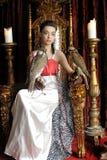 Princesa medieval de la fantasía con dos halcones Foto de archivo libre de regalías
